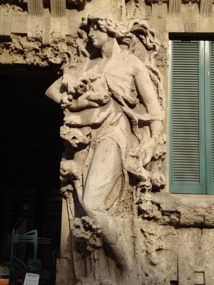 Casa Campanini, via V. Bellini, 11, Milano   Dettaglio scultoreo facciata