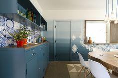 Decora Rosenbaum Temporada 3 - Copa. Parede em degradê de azul, armário e nicho compondo com azulejos. Foto: Felipe Felco Valle