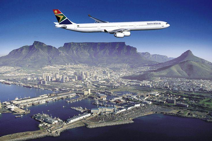 South African Airways über Kapstadt und dem Tafelberg, Südafrika.