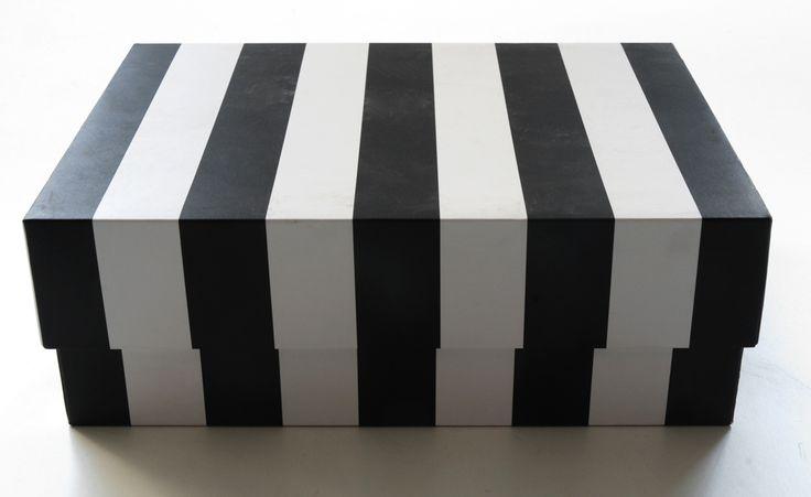 scatola in cartone bianco righe nere. h.cm.8,5x24x18.