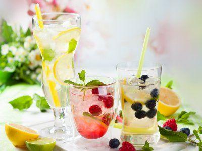 Receta de Coctel Ponche Kew   Esta rica bebida refrescante lleva vodka, vermouth, ginebra, brandy, limonada y frutas.
