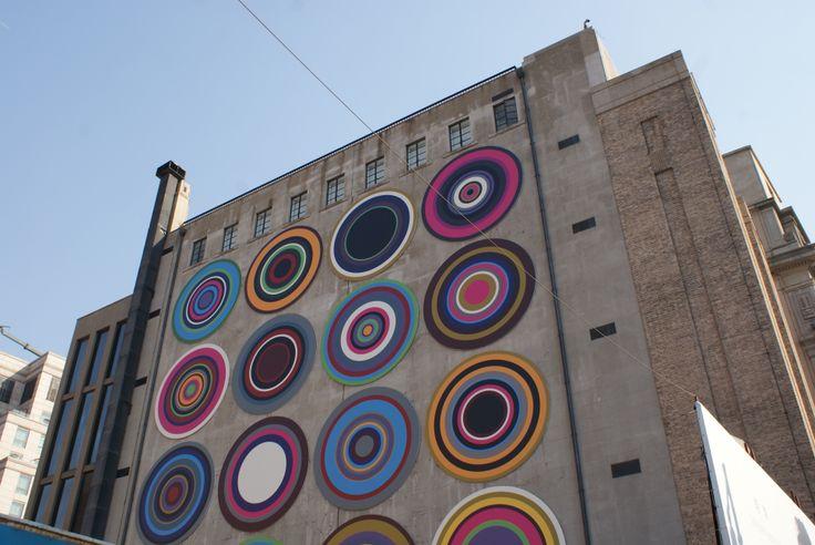 Target Queen, Bharti Kher / PVC, aluminium - 2014 (North facade of the museum)