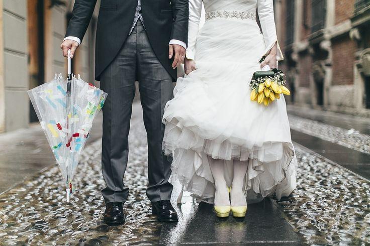 {Scatti da un matrimonio} Tulipani gialli per un matrimonio sotto la pioggia