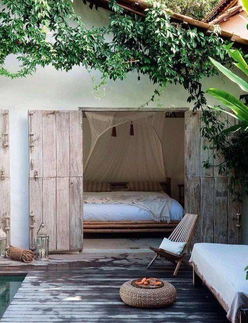 Aménagement d'une chambre dans un ancien garage avec ouverture sur la terrasse et la piscine