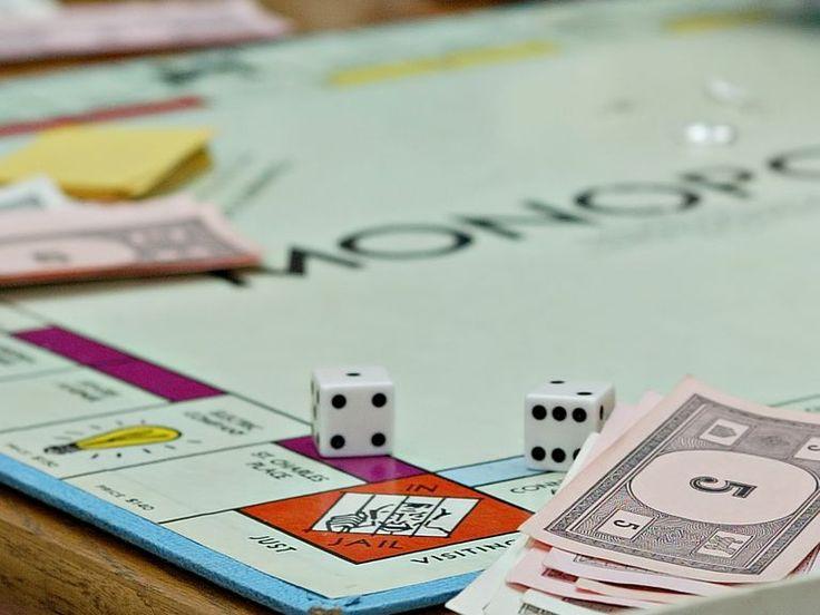 Conoce un poco de la historia del juego de Monopolio así como sus reglas básicas.
