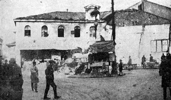 Οι φυλακές της Παλιάς Στρατώνας στο Μοναστηράκι. Το κτίσμα αυτό ήταν το παλάτι (το Σεράι) του Χατζή Αλή Χασεκή (του Τούρκου διοικητή της Πόλης) ο οποίος για μια εικοσαετία (από το 1775 ώς το 1795) κατατυράννησε τους κατοίκους της Αθήνας. Το 1929 ύστερα από απόφαση του δημάρχου το κτίριο κατεδαφίστηκε.