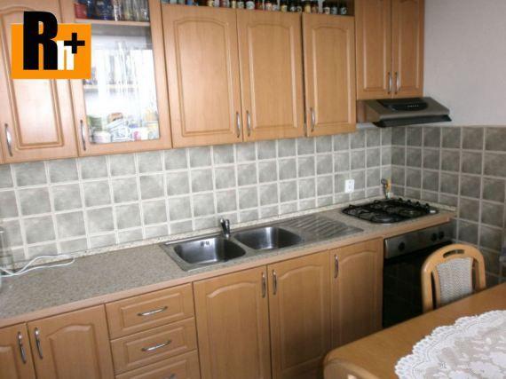 Na predaj 2 izbový byt orientovaný na SV, Nitra. Plocha úžitková 67m2, podlahová 64m2, k dispozícii: pivnica, balkón. čiastočná rekonštrukcia.  Nachádza sa na 3. podlaží z 3.  Podlaha: parkety.  Steny: stierky.  Okná: plastové.  Vybavenie kúpeľne: klasická vaňa, oddelené WC. Vybavenie kuchyne: kuchynská linka.  Kúrenie: centrálne, radiátory.  Výhody: slnečný, pekný výhľad, tiché prostredie.  Cena 72 000,00 EUR/celkom.  Kúpou tejto nehnuteľnosti získate poukaz na ...