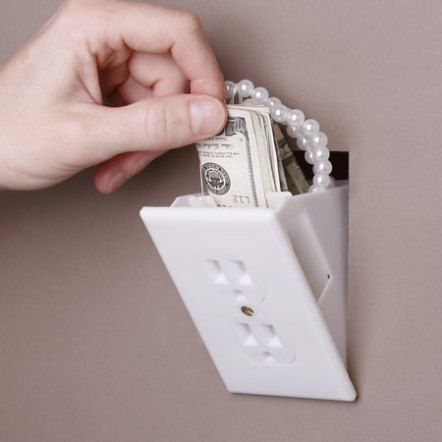 Essa coisinha da tomada falsa, gostei muito, exatamente para guardar dinheiro