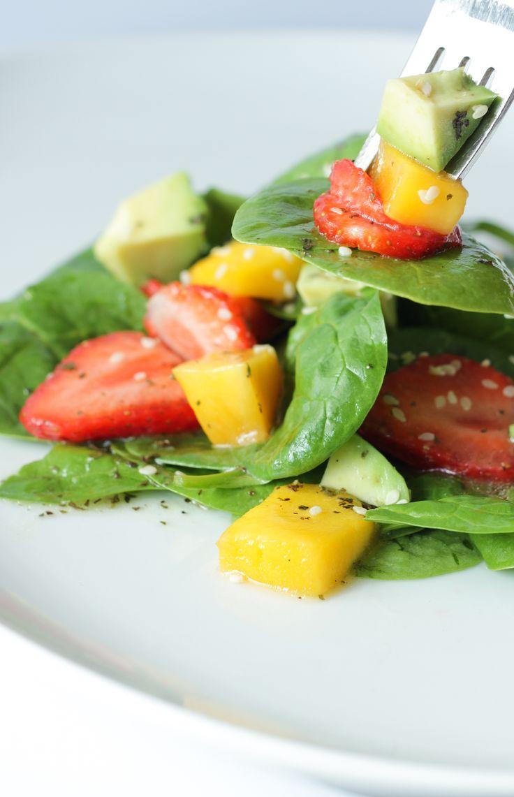 Inicia junio y con eso la cuenta regresiva del verano, ya se siente el cambio de temperatura y se antojan recetas frescas y coloridas. Esta ensalada es justo eso, una receta fresca, llena de sabore…