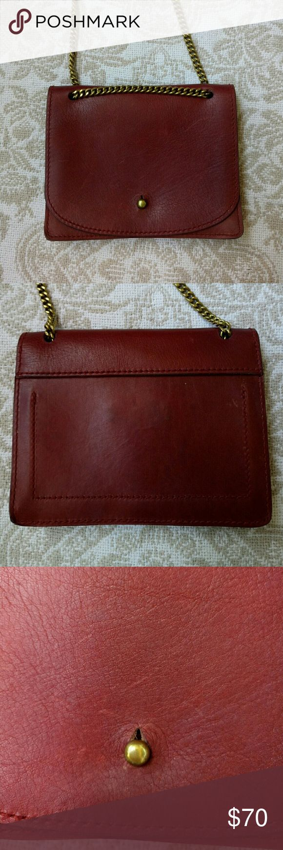🆕 Madewell Crossbody Sold out online gorgeous reddish brown madewell crossbody with a brass chain strap. Has three pockets inside. Would be perfect for a night out. Has a couple small darker spots on the backside that are barely noticeable. This bag is going to age beautifully. Length 6.5 height 5 width 1.5 Madewell Bags Crossbody Bags