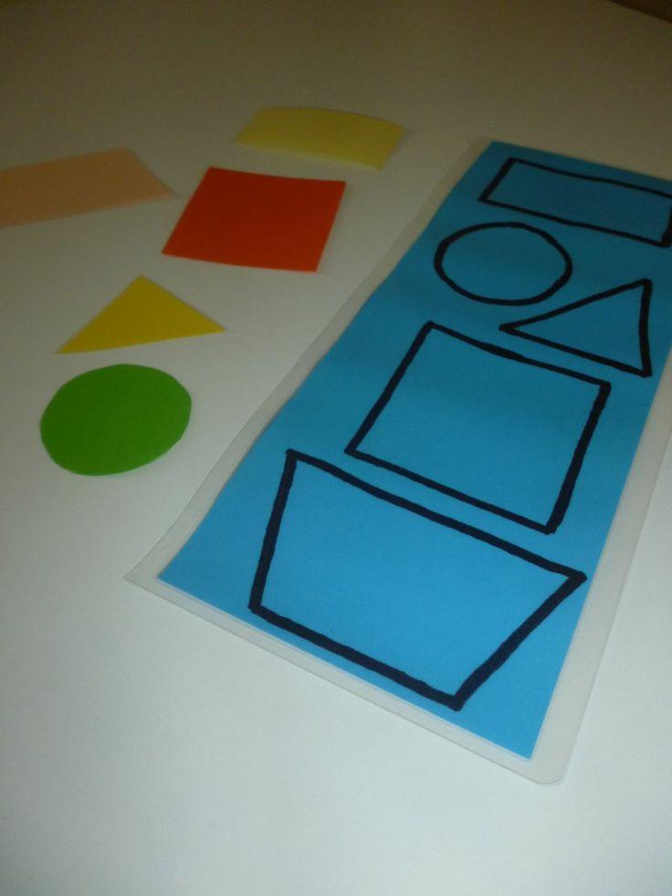 Geometrické tvary Díky této pomůcce se Vaše dítě naučí základní geometrické tvary. Dospělý dítěti tvary pojmenuje, dítě může tvary přikládat na vyznačená místa na podložce, nebo vedle podložky - viz foto. Další užití pro lepší zapamatování správného pojmenování doporučuji hrát hru : Podej, dones , přines :-) ( podej mi trojúhelním, dones na ...