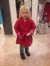 amber in haar rode jas