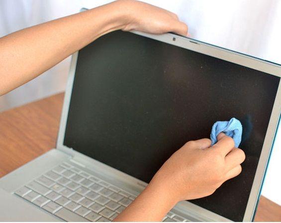 Comment nettoyer votre écran Pour redonner l'éclat à votre écran, vous trouvez ci dessous une méthode simple et efficace, pour le faire: - Vous devez imbiber un coton avec de l'eau et du vinaigre blanc - Vous devez bien essoré, par la suite passez doucement le coton sur la surface de votre écran. - Essuyez votre écran avec un coton sec