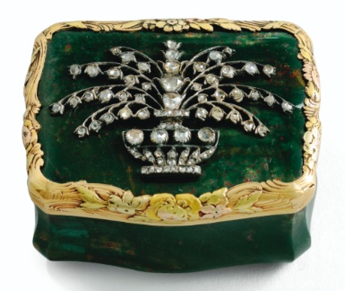 A BLOODSTONE SNUFFBOX WITH FOUR-COLOUR GOLD MOUNTS, GERMAN, CIRCA 1765, APPLIED WITH LATER 18TH CENTURY JEWELLED FLOWER VASE