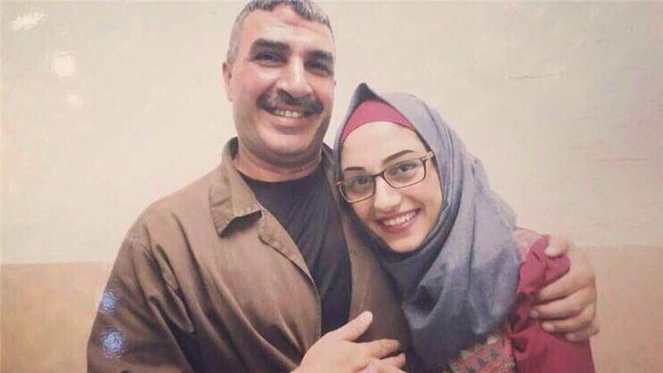 Empat Menit Memeluk Ayah Sesudah 12 Tahun Dipisah Penjara  Saat Yara mengunjungi ayahnya pada 10 Juli; ia baru menerima salinan foto tersebut sebulan kemudian. Foto: Milik Yara al-Sharabati  TEPI BARAT TERJAJAH Selasa (Al Jazeera): Bagaimana rasanya jika untuk memeluk ayahmu saja kau harus menunggu 12 tahun dan dibatasi hanya selama empat menit? Remaja Palestina Yara al-Sharabati menguraikan bagaimana rasanya memeluk sang ayah untuk kali pertama dalam 12 tahun.  Musim panas ini Yara…