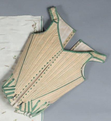 Corps à baleine, vers 1760. Lin, galon et coutures soulignées de soie verte. Baleines en métal, laçage dos et devant dans des oeillets cousus mains (quelques frottements d'usage, lacets manquants).Provenance: Garde robe de la famille de Pons de L'Oliverie (région d'An-goulême)