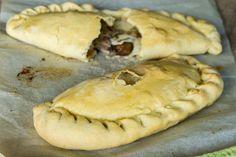 Kαλτσόνε γεμιστά με κασέρι και γραβιέρα, μανιτάρια και μπέικον. Η συνταγή για το σπιτικό Ιταλικό καλτσόνε (calzone) του Άκη θα σας καταπλήξει.