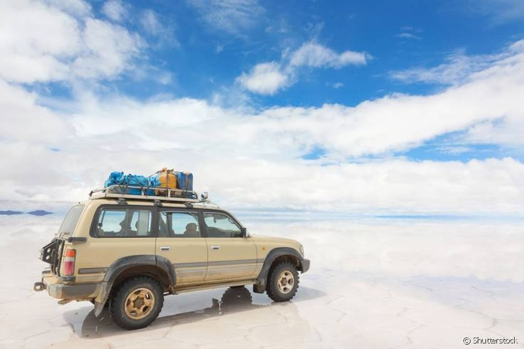 Salar de Uyuni (Bolívia) - Esse deserto de sal que fez a Bolívia entrar na rota turística do continente. Localizado no sudoeste do país, o Salar de Uyuni é um imenso deserto de sal a mais de 3.600 metros de altitude, no alto da Cordilheira dos Andes. É possível chegar lá através da cidade chilena de San Pedro de Atacama, ou pela cidade boliviana de Uyuni. Agências costumam realizar passeios guiados para o desertoours que levam os visitantes ao Salar de Uyumi são feitos de jeep 4X4