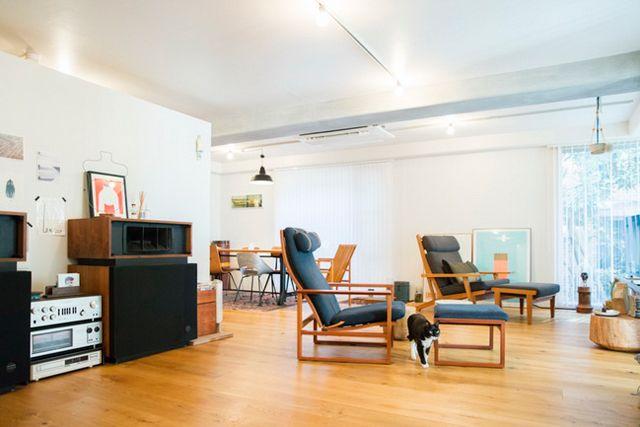 [桜井邸]ウズラ雄8歳/雑種桜井彩子さん(人形作家)東京都渋谷区/マンション1LDK80m²◇ヴィンテージの家具がバランスよく並ぶ、広々したリビング・ダイニングに白と黒の猫・ウズラが元気よく…