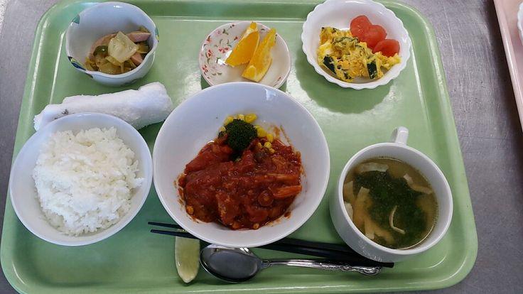 3月23日。煮込みハンバーグ、南瓜と玉子のサラダ、野菜ソテー、ベーコンのスープ、オレンジです!615カロリー、たんぱく質26、塩分3.0でした♪