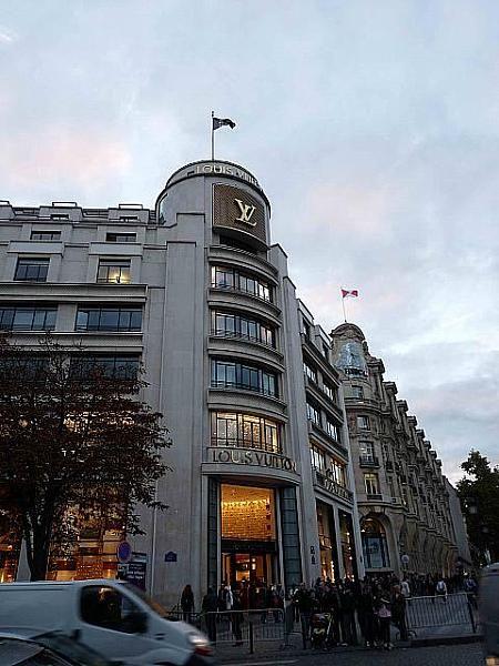 訪れてみたいルイ・ヴィトンの本店。パリの見所のひとつシャンゼリゼ通りを集めました!