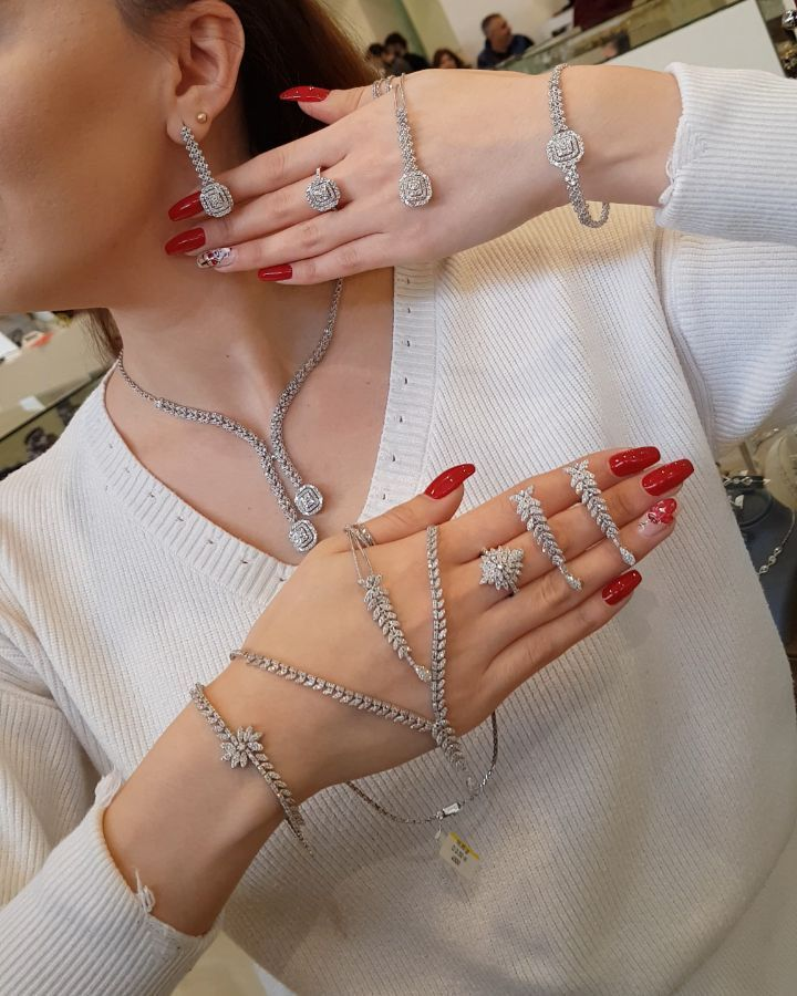 690 Likes 30 Comments Moskva Univermagi 2 Ci Mertebe Sansi Jewellery On Instagram 3 Gun Endirim Kim Hansini Istəy Ear Cuff Diamond Bracelet Earrings