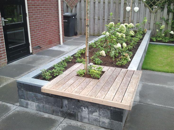 Wat een mooie oplossing voor de combinatie van een plantenbak en een bankje!