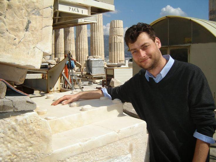 Dr Christos Tsirogiannis-Ο μελανόμορφος αμφορέας του 5ου αι π.Χ., βρισκόταν κανονικά στον κατάλογο της δημοπρασίας που έχει προγραμματίσει ο Οίκος Christie's για την Τετάρτη 6 Ιουλίου. Τον αμφορέα αναγνώρισε ο καθηγητής Χρήστος Τσιρογιάννης, αρχαιολόγος ερευνητής του Πανεπιστημίου του Κέιμπριτζ, που τα τελευταία χρόνια έχει αφοσιωθεί στον αγώνα για τον εντοπισμό κλεμμένων αρχαιοτήτων.