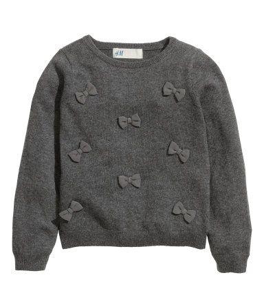 Gris oscuro/Lazos. Jersey de punto fino en tejido suave de algodón. Aplicación en la parte delantera.