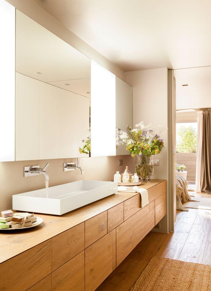Baño contiguo al dormitorio con gran mueble de madera volado y espejo con armarios_ 00406258
