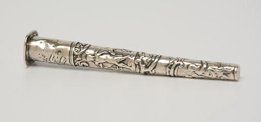 Tapstoelopende zilveren naaldenkoker met reliëf voorstelling van figuren - C. van Hoek, Amsterdam (1786/1811) - 15 gram