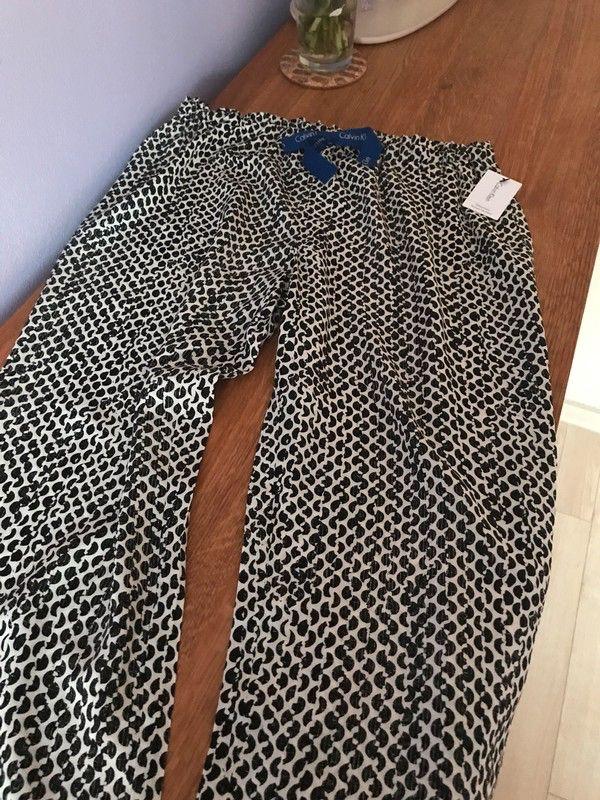 Moje Viskózové kalhoty Calvin Klein na spaní nebo volný čas od Calvin Klein! Velikost 34 / 6 / XS za690 Kč. Mrkni na to: http://www.vinted.cz/damske-obleceni/kalhoty-ostatni/18014517-viskozove-kalhoty-calvin-klein-na-spani-nebo-volny-cas.