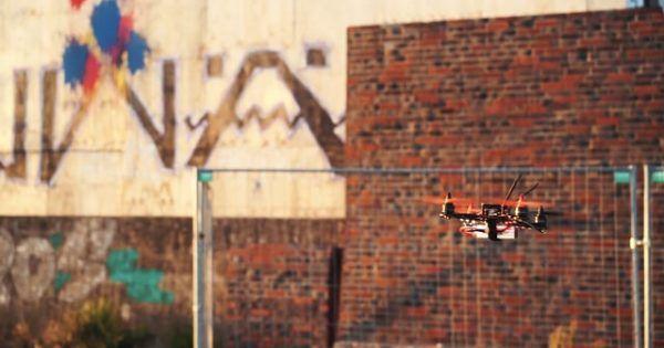 """Cooper Copter aus Hamburg haben Drohnen zu Farbbombern umgebaut. Pollockocopter heissen die Dinger und wurden beim Reeperbahn Festivals im Rahmen einer Performance vorgeführt Der Maler Jackson Pollock hat mit seinen von Max Ernst inspirierten 'drip paintings' Kunstgeschichte geschrieben. Durch seine Kunstwerke aus gespritzter Farbe wurde er 1956 vom Time Magazine mit """"Jack the dripper"""" tituliert. [ ]"""