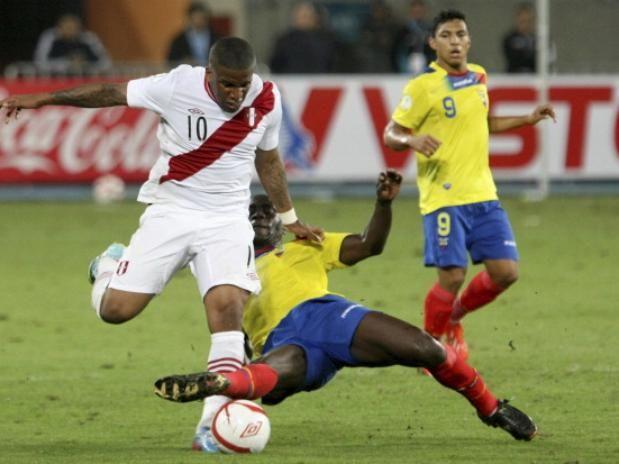 JEFFERSON FARFÁN (Perú): El goleador peruano, con cinco tantos y estrella en el Schalke alemán, vivió la frustración.