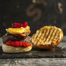 Πλούσιο burger, πεντανόστιμο και διαφορετικό λόγω του λαχταριστού τηγάνι του αυγού και της βελούδινης σάλτσας από πιπεριά