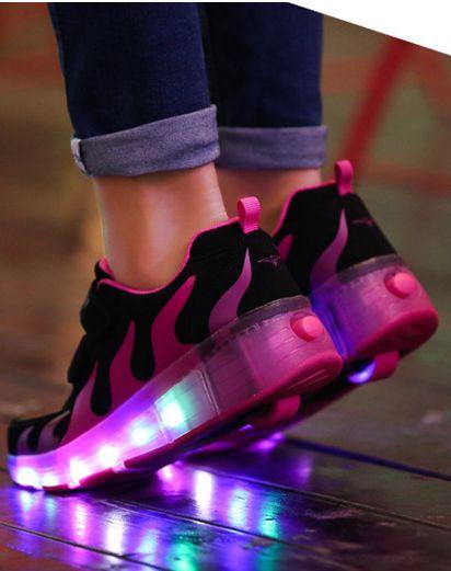 Ces Noires Purple Chaussure A Roulette Led Avec Flammes contribuent à la croissance saine de vos enfants et apporter plaisir à leur enfance! Ces Basket A Roulette Led Basse sont de conception Flammes, à la fois adapté pour les adulte et les enfant.