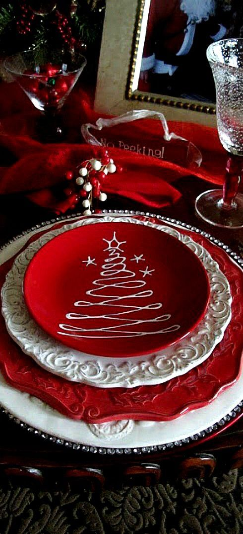 Christmas Table Setting, Possibly use white chocolate on dessert plates...