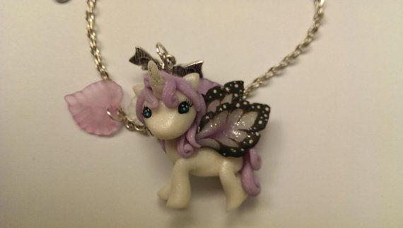 Collana con ciondolo Unicorno alato in fimo di GattaneraCrafts