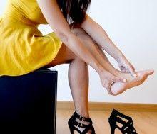 Dall'alto verso il basso - Le cattive abitudini che danneggiano i piedi e la schiena