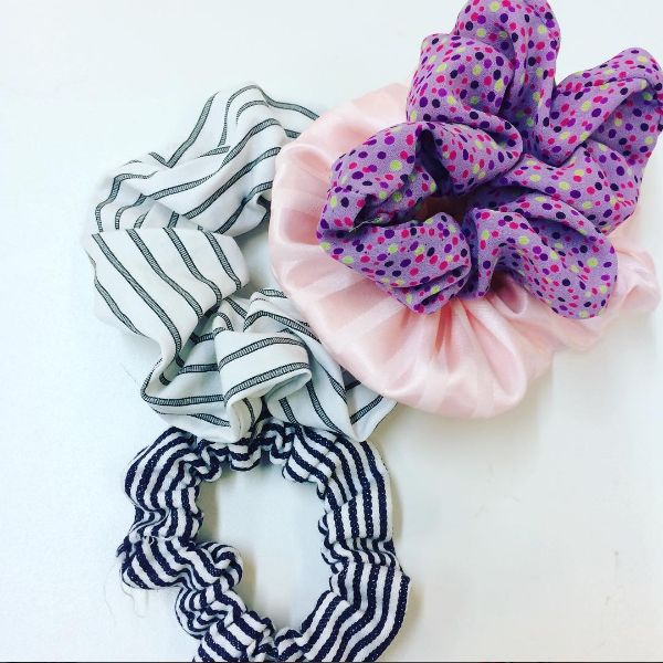 The big scrunchies we know from the '80s are back. The large decorative hair loops are both fast and easy to sew in your favorite fabric.