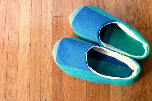 Hand sewn slippers = adorable. A guest blogpost by Andrea from foursquarewalls that was posted on Megan Ta Da.