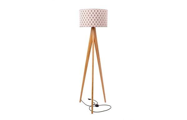 Lusito Di'sign Stojací lampa Lusito Tripod Elegantní stojací lampa trojnožka je krásný doplněk do interiéru. K dokonalosti přispívají decentně laděné detaily jako leštěná kovová objímka, luxusní provedení loga na stínidle, skrytý kabel s nášlapným vypínačem. Lampa má pevnou stabilní základnu. Dubový podstavec lampy může mít různou povrchovou úpravu, podstavec v masívním ořechu je v přírodním provedení s matným lakem.
