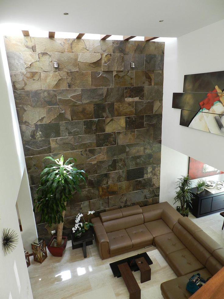 Las 25 mejores ideas sobre revestimiento de piedra en for Salones con escaleras interiores