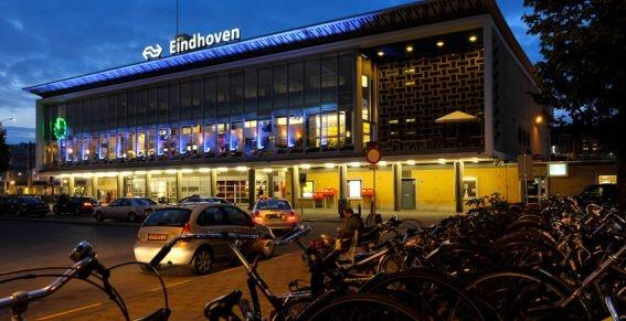 De politie heeft dinsdagochtend in Eindhoven een gegijzelde vrouw bevrijd. De 20-jarige vrouw uit Weert was ontvoerd door twee 23-jarige mannen uit Haarlem, meldt de politie.