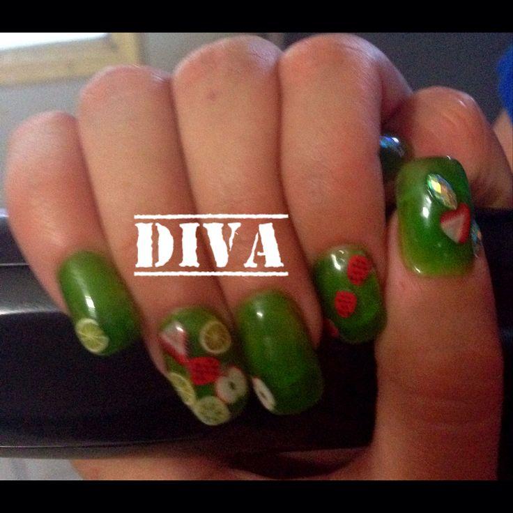 Uñas acrílicas verdes con decoración de #Frutas.