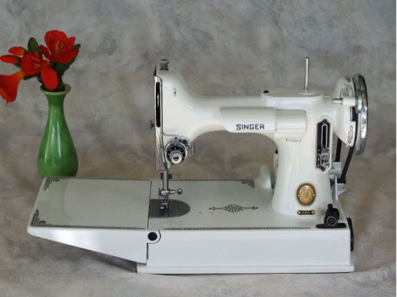 Singer 221 Featherweight Sewing Machine. Yes please!!