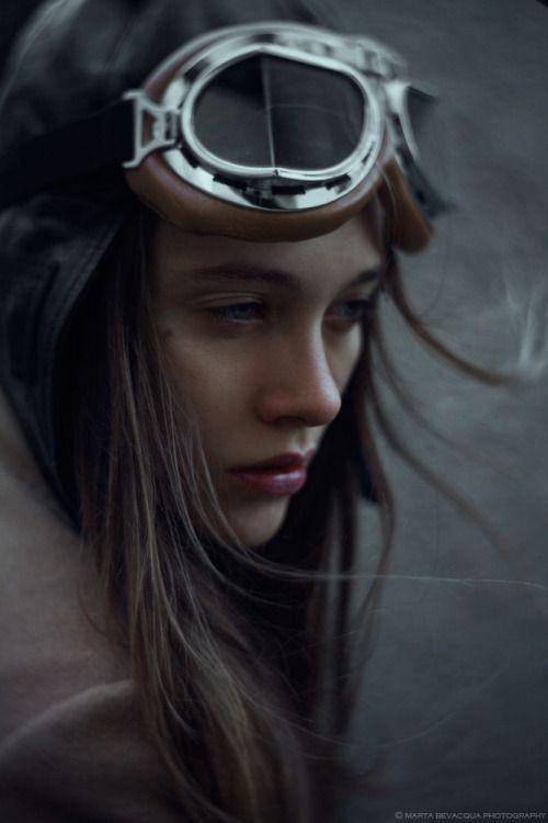 En piloto automático la ensimismada damisela, en la lente deMarta Bevacqua.