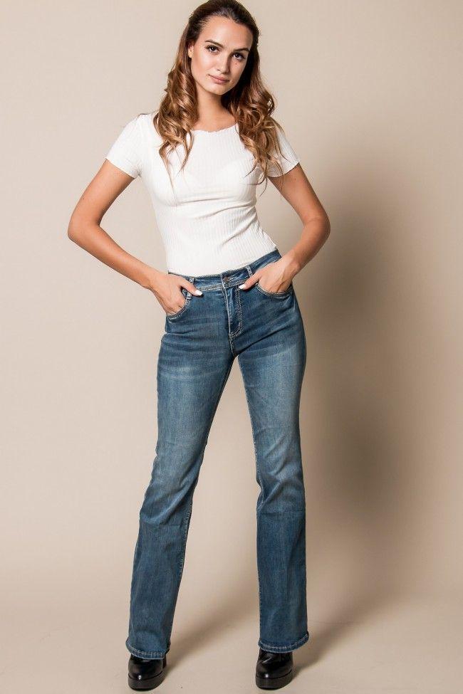 Flared Jeans in Blue Τζιν σε άνετη γραμμή με τελείωμα καμπάνα. Ελαστικό, με τσέπες μπροστά και πίσω. Το κορίτσι μας στην φωτογραφία έχει ύψος 1,74 και φοράει νούμερο XS.  Σύνθεση: 85% Cotton, 13% Polyester, 2% Elastan