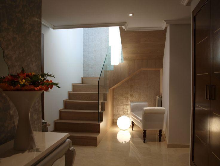 Recibidor escalera clasico decoracion via planreforma - Sillones para recibidor ...