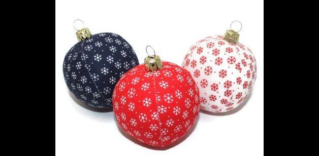 Deko und Accessoires für Weihnachten: Weihnachtskugeln Schneeflocken rot weiß blau made by Eisbaerchenmama via DaWanda.com